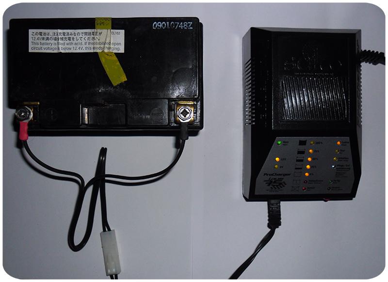Batterie mit Ladegerät, verbunden mit Ringkabelschuhen und Steckerverbindung. Klicken zum Vergrößern